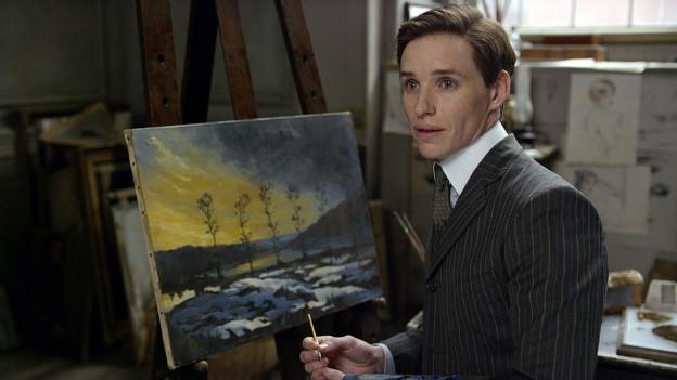 Farbige Porträtaufnahme von Eddie Redmayne.