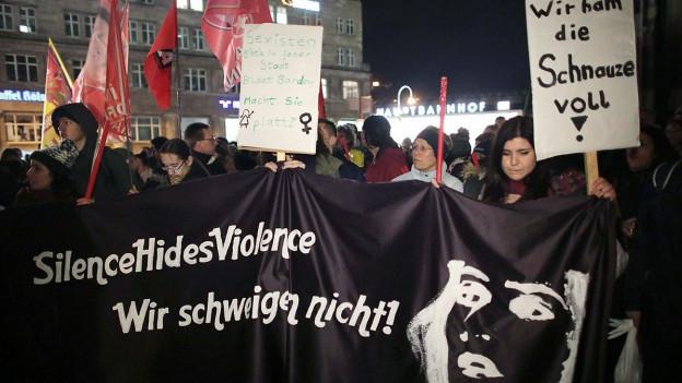 Demonstrierende Frauen in Köln.