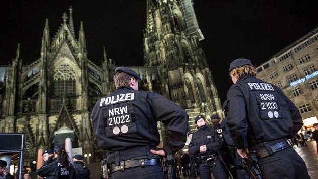 Polizisten vor dem Koelner Dom.