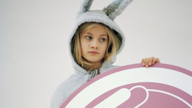 Ein Mädchen in Hasenkostüm.