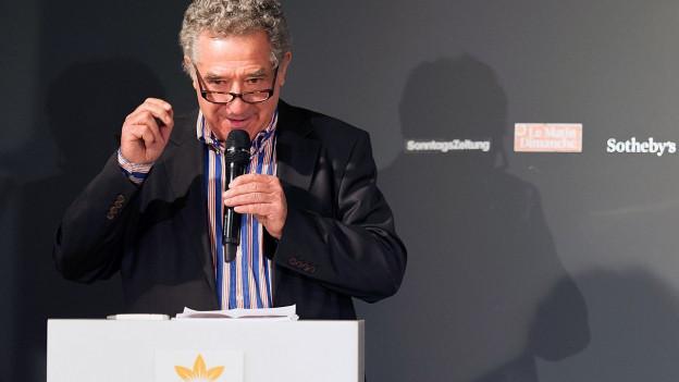 Guido Magnaguagno an einer Preisverleihung.