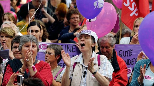 DemonstrantInnen fordern die Gleichstellung von Mann und Frau.