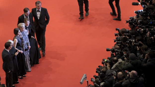 Links stehen in einer Reihe Meryl Streep und andere Jury-Mitglieder, rechts der Fotografenpulk.