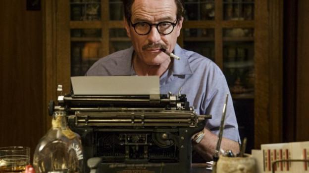 Dalton Trumbo schreibt auf einer Schreibmaschine.