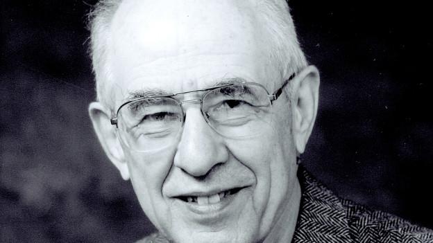 Ein Porträt eines älteren Mannes mit Brille.