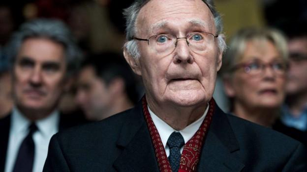 Ein älterer Herr mit Brille.