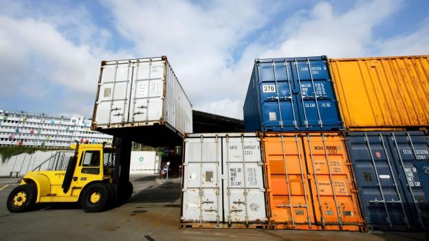 Ein Gabelstapler verschiebt einen Container im Zollfreilager Genf