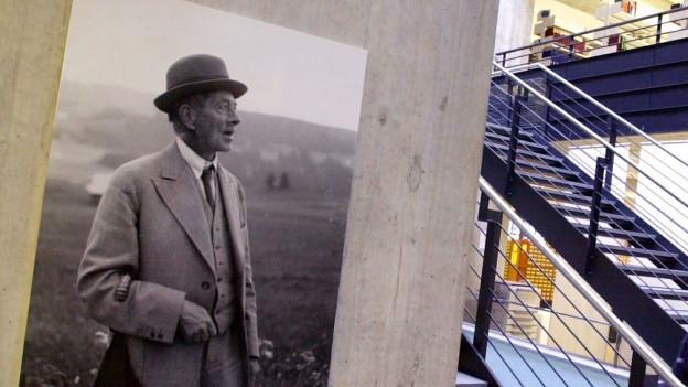 Ein Bild von Robert Walser in der Robert Walser Ausstellung in der Zentralbibliothek Zürich