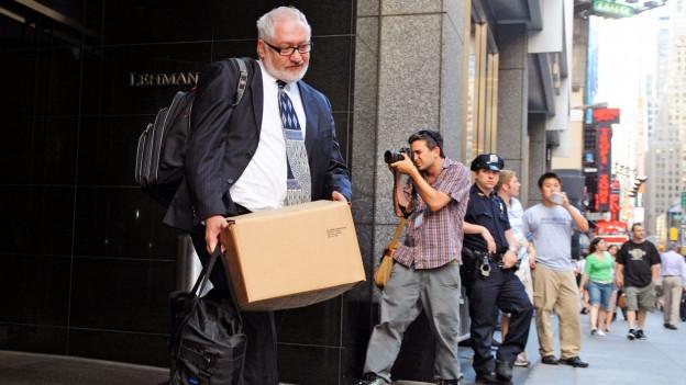 Ein Angestellter der pleitegegangenen Bank Lehmann Brothers, verlässt seinen Arbeitsplatz