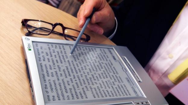 Eine Person liest einen Text auf dem E-Reader