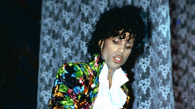 Der Sänger Prince während eines Konzertes in den späten 1980er Jahre.