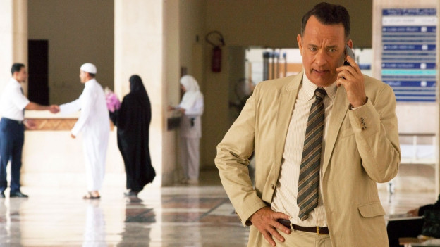 Filmstill aus dem Film «A Hologram for the King». Es zeigt Tom Hanks am Telefon.