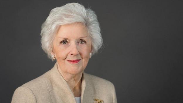 Eine elegant gekleidete ältere Frau