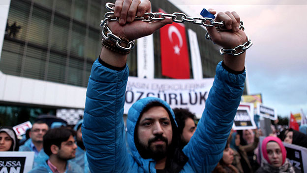 Demonstration in Istanbul vor dem Redaktionsgebäude der Zeitung Zaman, nach dem Entscheid, dass die Zeitung künftig vom türkischen Staat kontrolliert werden soll.