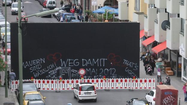 Im Jahre 2012 sorgte die «Peace Wall» an der Berlin-Biennale für aufsehen. Ein Stück Mauer steht in der nähe vom Ort, wo früher die Berliner Mauer stand.