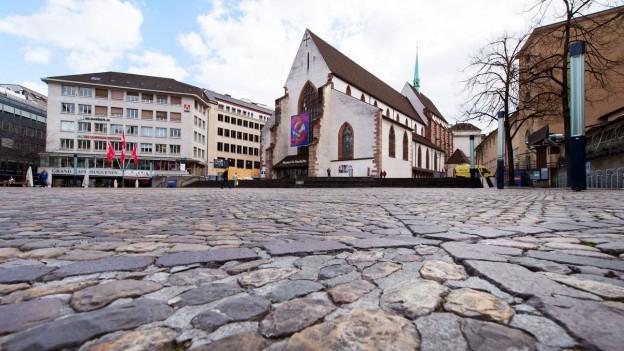 Blick über den Barfüsserplatz in Basel mit der Barfüsserkirche im Zentrum. Die Barfüsserkirche beheimatet das «Historische Museum Basel»