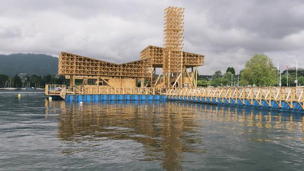 Schwimmender Holzpavillon auf dem Zürichsee