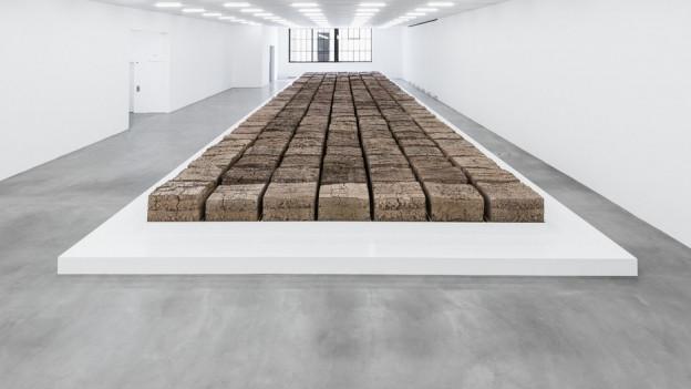 Mike Bouchets 252 Quader aus Klärschlamm im Museum für Gegenwartskunst auf dem Löwenbräu-Areal.