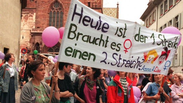 Frauen mit Transparent am Frauenstreiktag vor 25 Jahren.