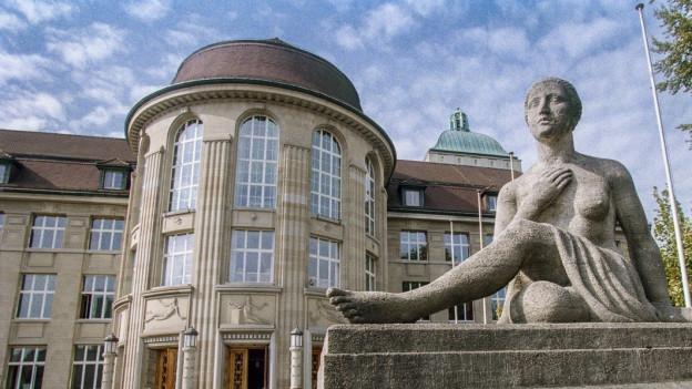 Universitätsgebäude in Zürich von aussen.