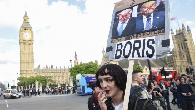 Leute protestieren am Tag nach der Brexit-Abstimmung.