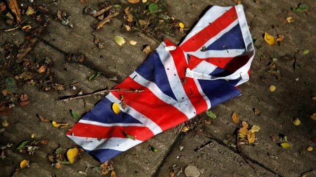 Die Flagge von Grossbritannien liegt nach dem Sturm und der Brexit-Abstimmung am Boden.