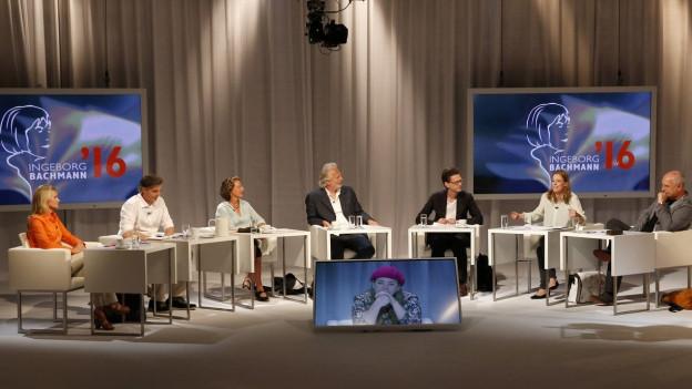 Bühne beim Wettlesen in Klagenfurt mit diversen Teilnehmer.