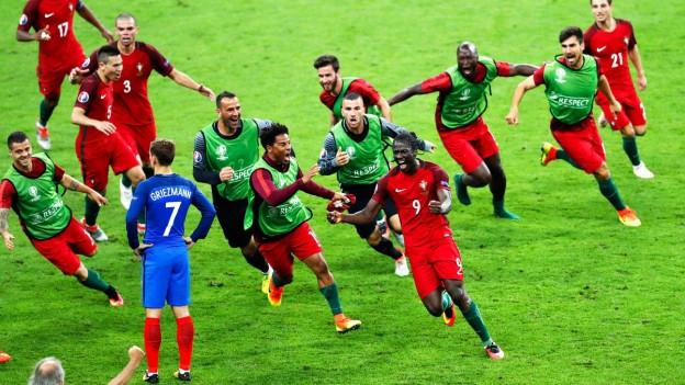 Die Spieler Portugals feiern nach dem Tor Eders.