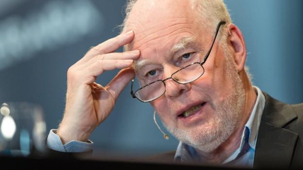 Ein Porträt von Schriftsteller Lukas Hartmann.