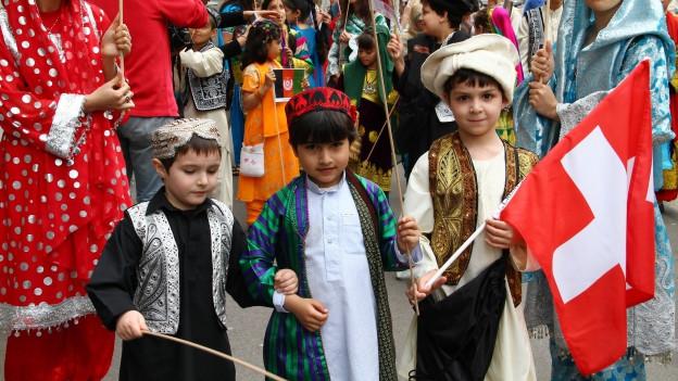 Symbolbild: Kinder aus Afghanistan nehmen am «Sechsiläuten» teil.