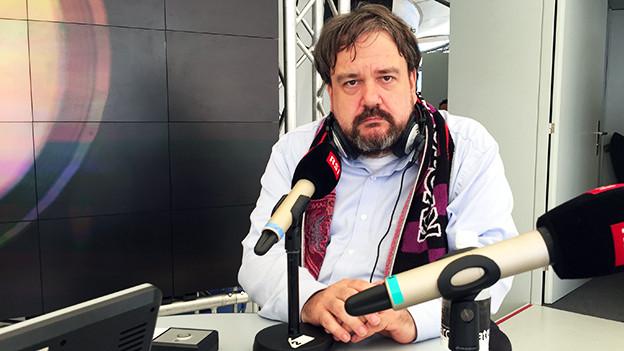 Olaf Möller vor einem Radiomikrofon