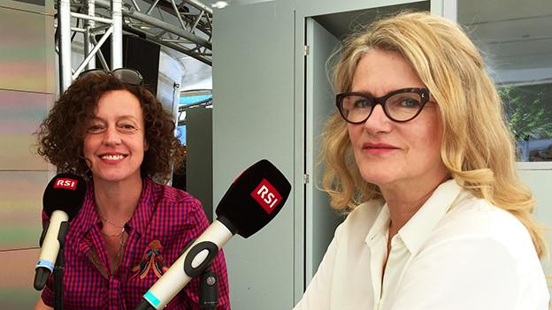 Maria Schrader und Barbara Sukowa sitzen an einem Tisch mit Mikrofonen