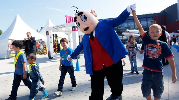 Mann in Papa-Moll-Kostüm mit Kindern.