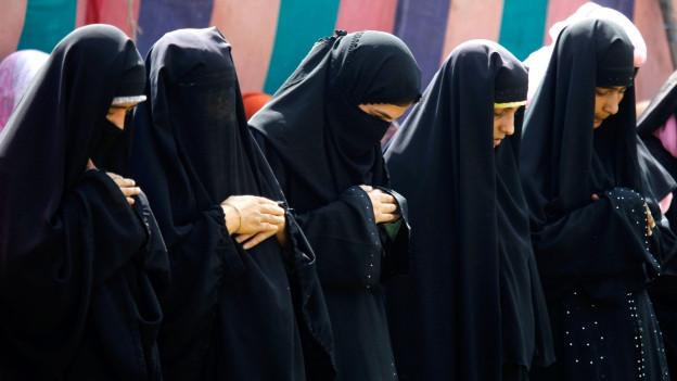 Frauen in Kaschmir in verschiedenen traditionellen Kleider beten.
