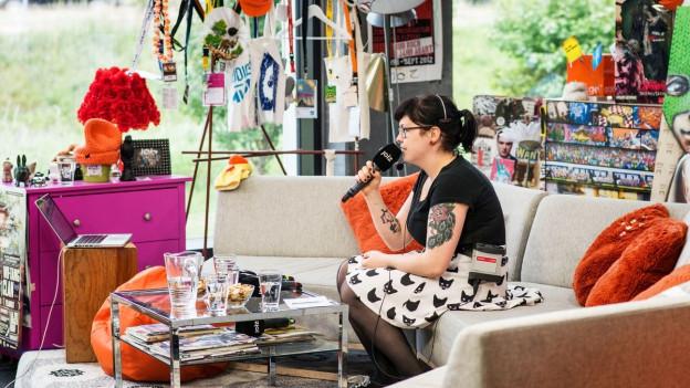Studio mit Moderatorin von JOIZ