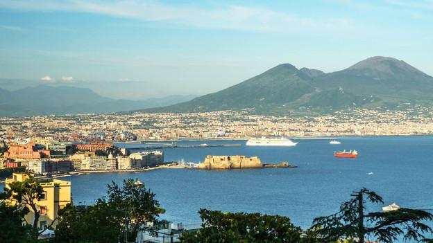 Blick auf Neapel mit Vesuv im Hintergrund.