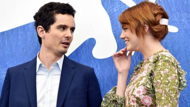 Schauspielerin Emma Stone und Regisseur Damien Chazelles im Gespräch.