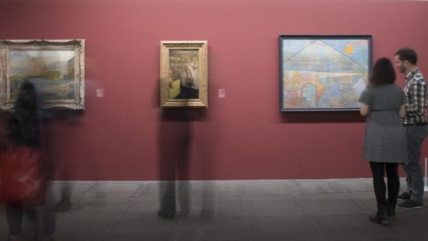 Besucher in einer Kunstausstellung.