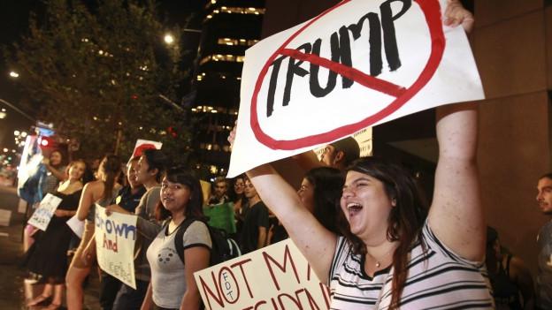 Nach dem Wahlsieg von Donald Trump sind in den USA Tausende auf die Strasse gegangen. Proteste gab es auch in San Diego.