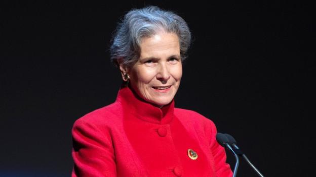 Christine Beerli an einem Rednerpult