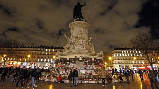 Bei einem Terroranschlag auf das Redaktionsbüro von Charlie Hebdo am 7. Januar 2015 wurden zwölf Menschen ermordet.