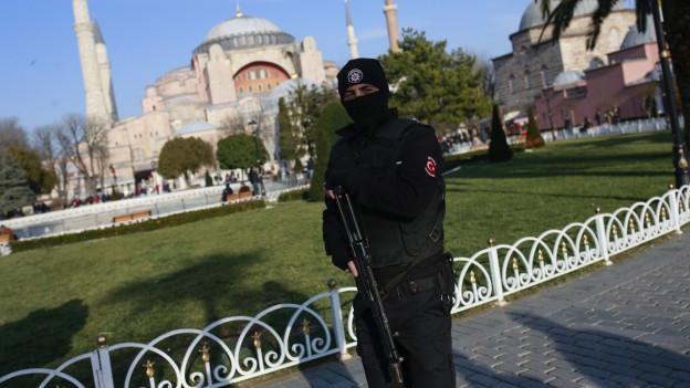 Ein türkischer Polizist bewacht den historischen Sultanahmet-Distrikt in Istanbul.