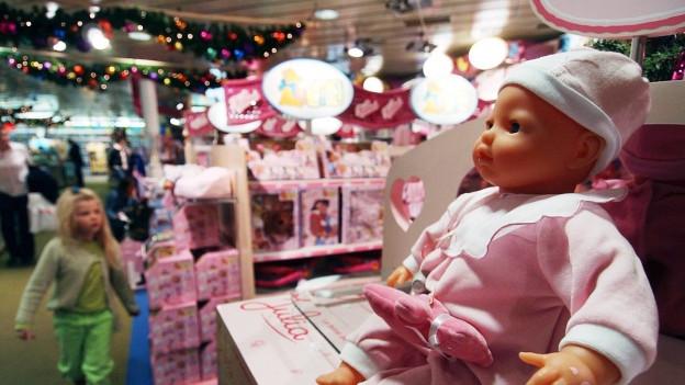 Spielzeugabteilung mit rosaroten Produkten