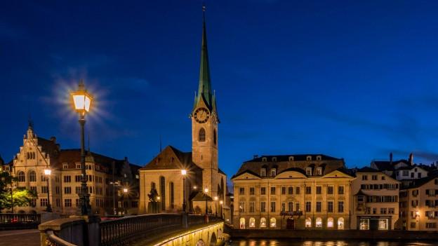 Das Frauenmünster in Zürich bei Nacht