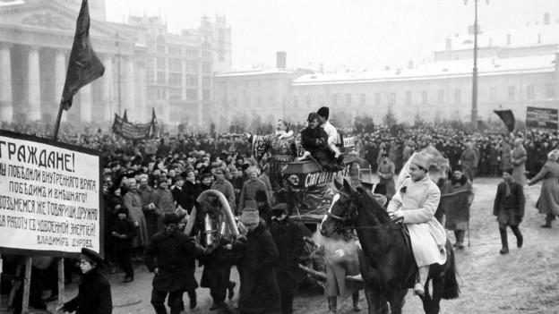 Schwarz-Weiss-Fotot: Demonstranten in Moskau 1917