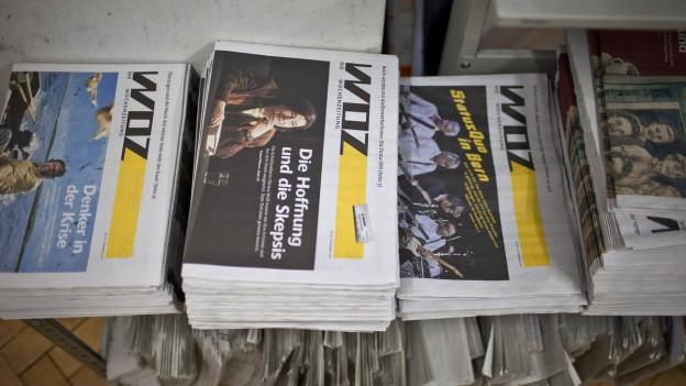 """Verschiedene Stapel der Wochenzeitung """"Woz"""""""
