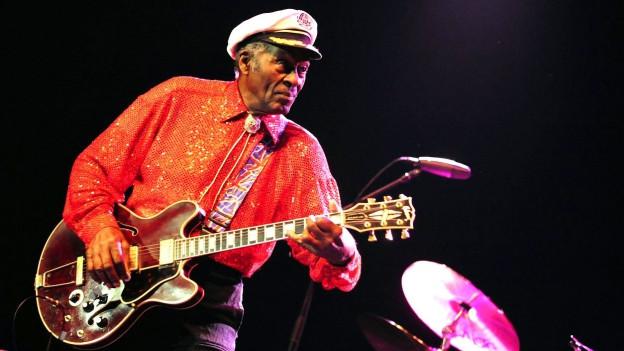 Chuck Berry mit Gitarre auf der Bühne.
