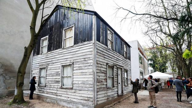 Ein altes Haus, das in einem Innenhof steht