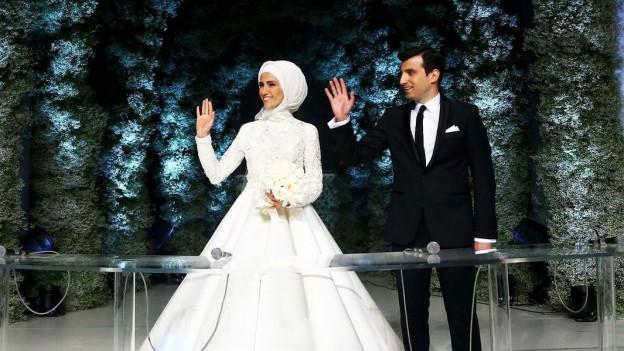 Foto eines Hochzeitpaares, die Frau trägt ein Kopftuch.
