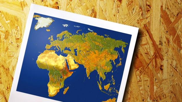 Polaroid einer Weltkarte mit Afrika zentriert